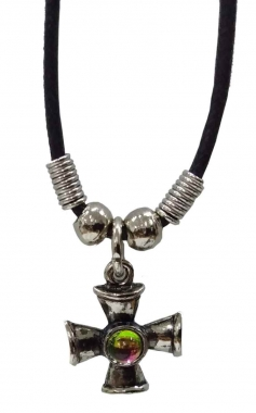 Halskette mit Kreuz und Stein