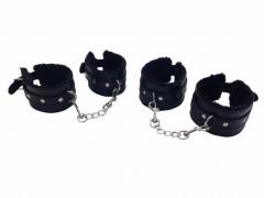 Schwarzes Bondage Set mit flauschigem Innenpolster