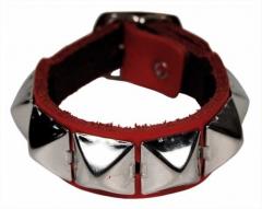 Rotes Armband mit Pyramidennieten