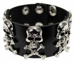 Armband mit Totenkopfnieten